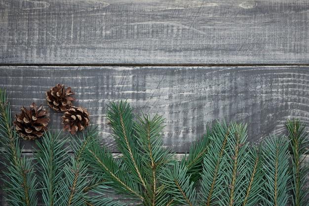 Новогодняя гирлянда с шишками по дереву Бесплатные Фотографии