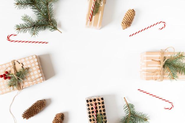 Рождественские подарочные коробки в круглой композиции Бесплатные Фотографии