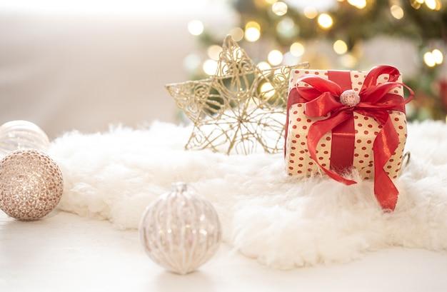 明るいぼやけたボケ味の背景のコピースペースに木の装飾が施されたクリスマスプレゼント。 無料写真