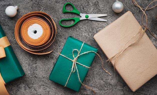 Рождественские подарки на мраморном фоне Бесплатные Фотографии