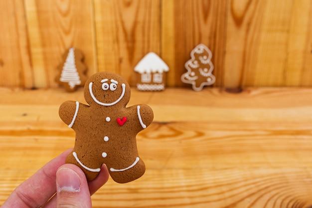 Рождественские пряники на деревянном Premium Фотографии