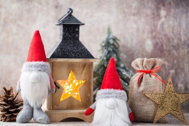 クリスマスのノームとサンタの帽子 Premium写真
