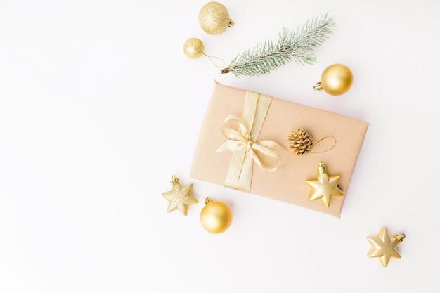 Рождественский золотой декор на белом Бесплатные Фотографии