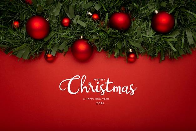 赤いテーブルの上に花輪とクリスマスの挨拶 無料写真