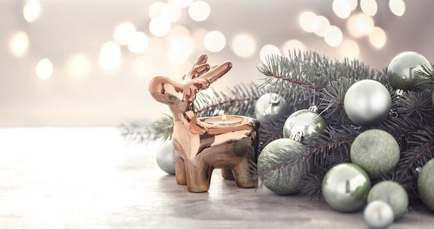 Parete natalizia con portacandele, albero di natale e giocattoli per l'albero di natale. Foto Gratuite