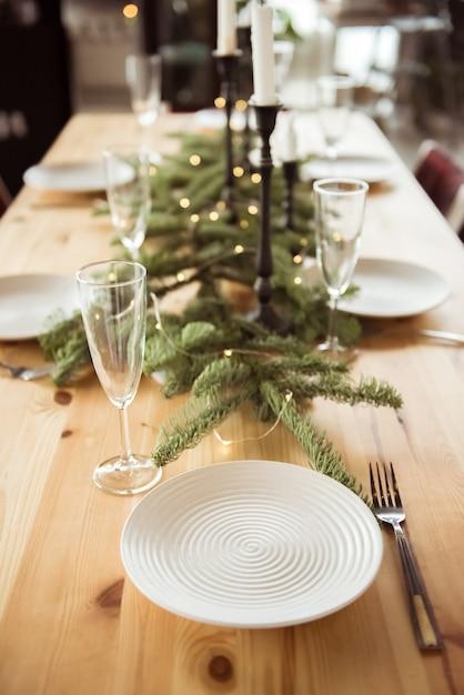 クリスマス、休日、食事のコンセプト-自宅でお祝いディナーにご利用いただけるテーブル Premium写真