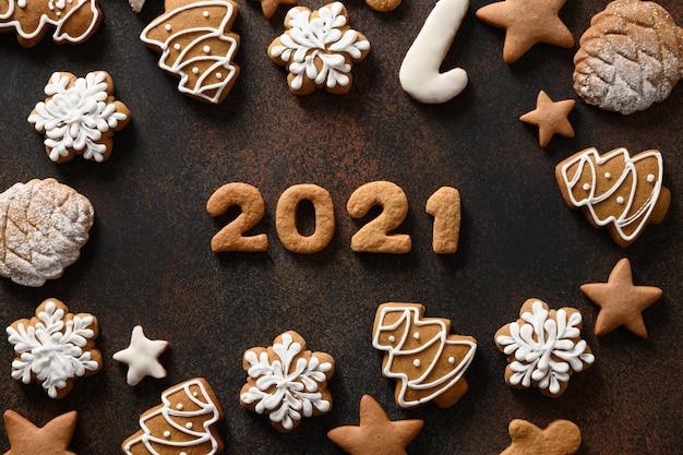 茶色の背景に日付の周りに配置されたクリスマス休暇のクッキー Premium写真
