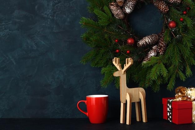 青い壁の背景にクリスマスの家の装飾 Premium写真