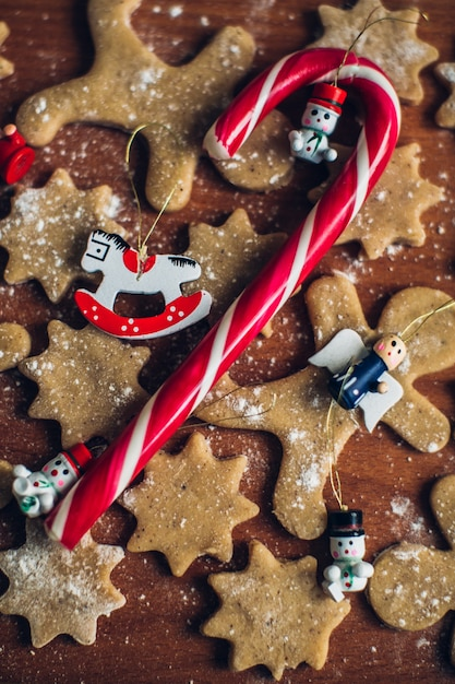クリスマスの自家製ジンジャーブレッドクッキー、スイーツ、クリスマスデコレーション 無料写真
