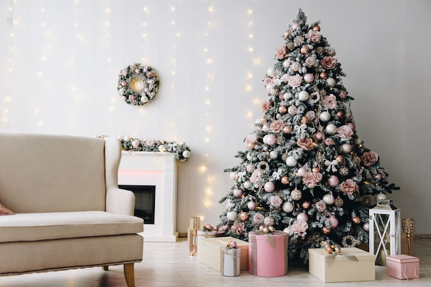 Christmas interior design idea with gorgeous christmas tree, lights and a fireplace Premium Photo