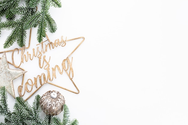 クリスマスが近づいています-ポスターやポストカードのデザイン。新年、クリスマス、挨拶のバレンタインデーの概念。 Premium写真