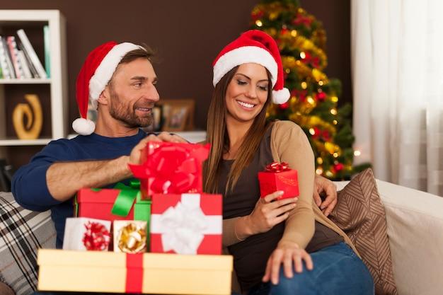 크리스마스는 선물을주는 시간입니다 무료 사진