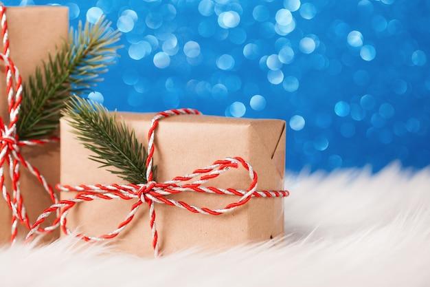 블루 촉발 표면에 크리스마스 크 래 프 트 선물 상자 프리미엄 사진