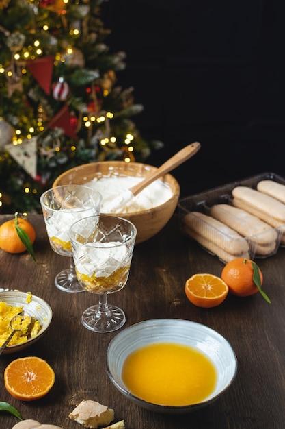 クリスマスのレイヤードデザート、焼きチーズケーキやみかんとチョコレートのささいなことはありません Premium写真
