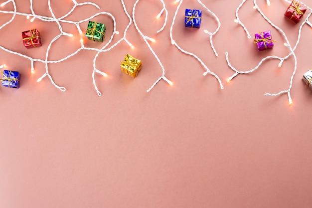 Рождественские огни и подарки границы на теплом коричневом фоне Premium Фотографии