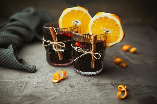 クリスマスは、木製の箱、クローズアップで芳香のスパイスと柑橘系の果物と赤ワインを混ぜました。クリスマスの時期の伝統的な温かい飲み物 Premium写真