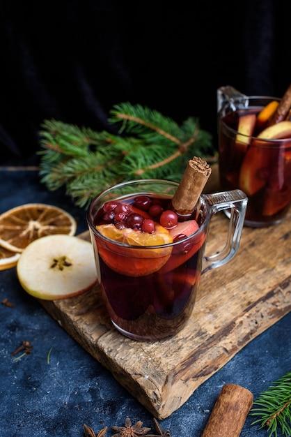 クリスマスのグリューワイン。モミの枝で飾られた休日のコンセプト Premium写真