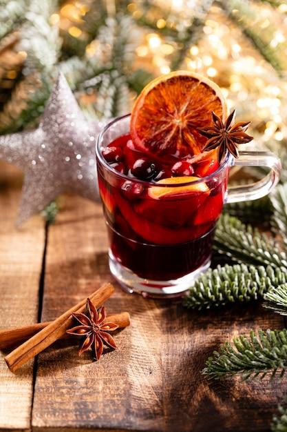 木製の素朴なテーブルの上にスパイスとクリスマスのグリューワイン。 Premium写真