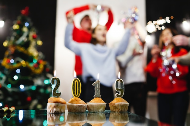 Christmas and new year preparations. company of attractive happy young people celebrate Free Photo