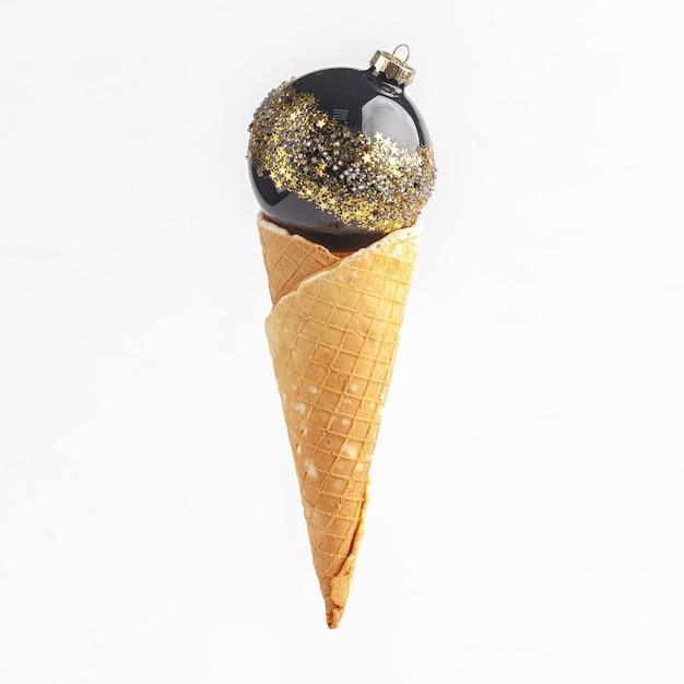 クリスマスの大晦日の作曲。アイスクリームのワッフルホーンのクリスマスデコレーション Premium写真