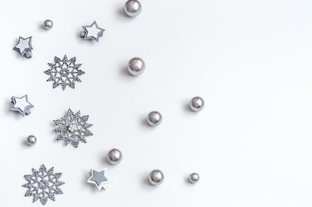 Рождественские или новогодние аксессуары на белом фоне изометрической проекции. праздники, подарки, пастельные тона, фон, место для текста, flatlay Бесплатные Фотографии