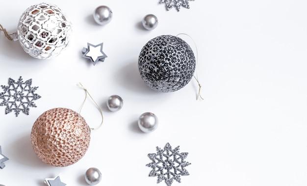Рождественские или новогодние аксессуары на белой стене изометрической проекции. праздники, подарки, стена, место для текста, flatlay Бесплатные Фотографии