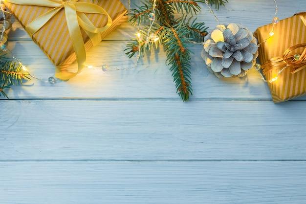 황금 크리스마스 장식 선물 및 조명 크리스마스 또는 새 해 구성 프리미엄 사진
