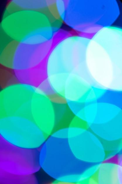 Рождество или новый год расфокусированные праздничный фон боке в модном пурпурно-сине-зеленом цветном крупном плане. вертикальная ориентация. Premium Фотографии