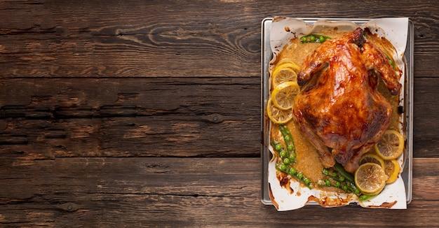 크리스마스 또는 추수 감사절 오리는 오븐에 향신료와 함께 구운. 프리미엄 사진