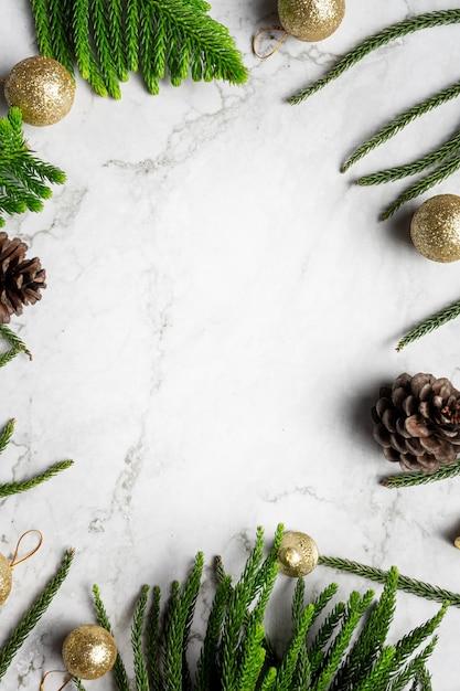 Ornamento di natale posto su sfondo bianco marmo Foto Gratuite