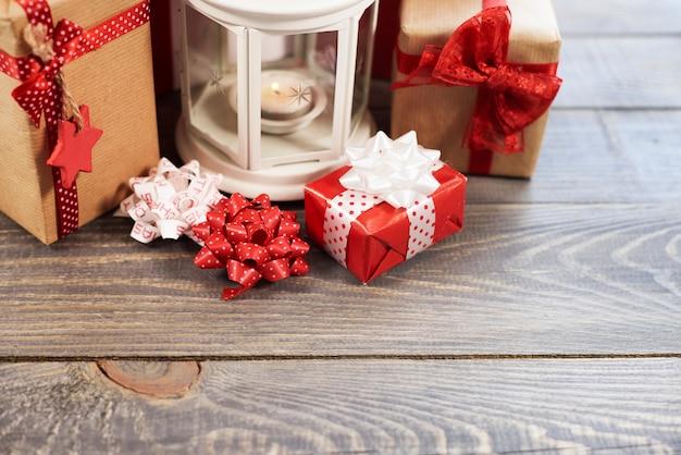 나무 테이블에 크리스마스 장신구 무료 사진