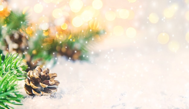 Рождественские украшения с елью и снегом Premium Фотографии