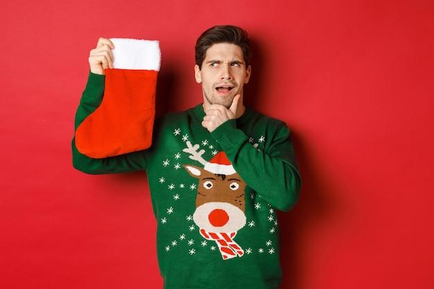 Рождественская вечеринка и концепция праздников с красивым молодым человеком Premium Фотографии