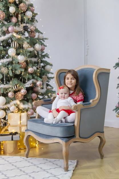 어린이 새 해의 크리스마스 사진입니다. 선택적 초점. 휴일. 프리미엄 사진