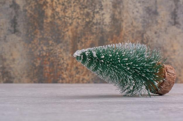 白いテーブルの上のクリスマスの松の木 無料写真