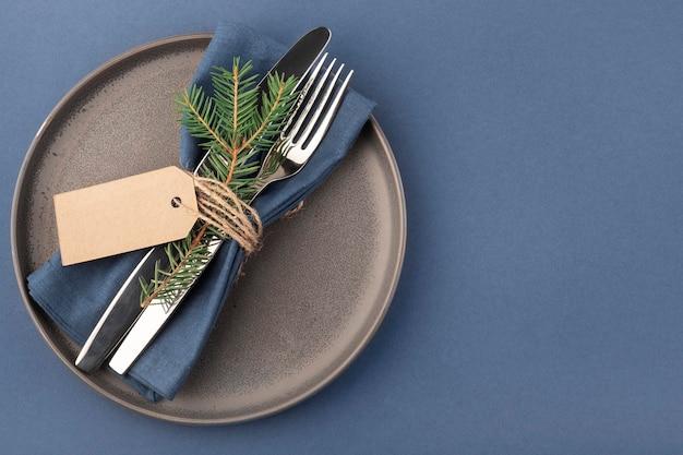 Елочная посуда, тарелка, вилка, нож, салфетка, декор Premium Фотографии