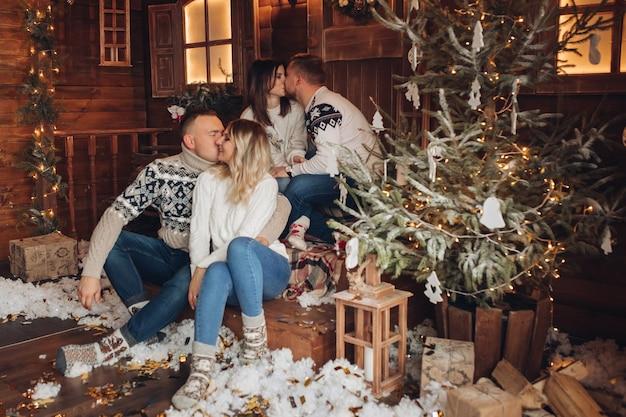 Рождественский портрет двух пар Premium Фотографии