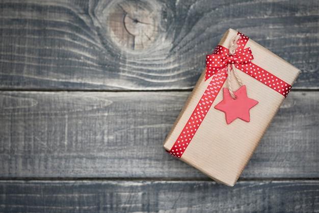 Рождественский подарок в серой бумаге Бесплатные Фотографии