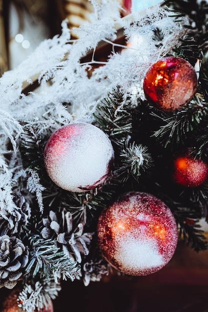 눈으로 덮여 빨간색 크리스마스 볼 프리미엄 사진