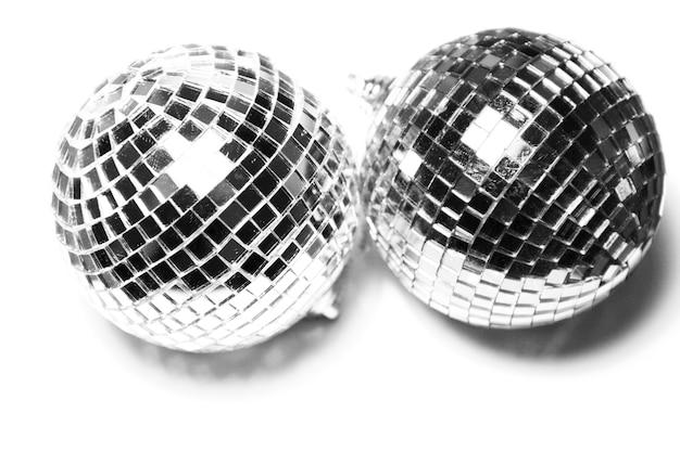 白のクリスマスの光沢のあるボール Premium写真