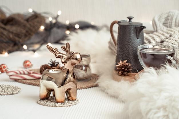 居心地の良い家庭的な雰囲気の中で、お祭りの装飾が施されたクリスマスの静物背景。クリスマスを祝うというコンセプト。 無料写真