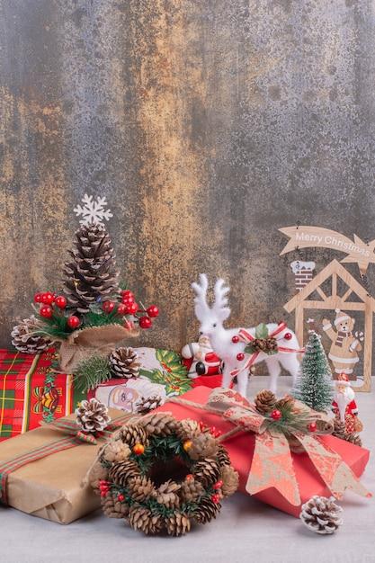 Новогодняя поверхность с игрушечным оленем, сосной и дедом морозом Бесплатные Фотографии