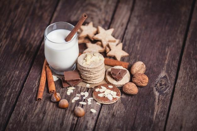Рождественские сладости на деревянных досках Бесплатные Фотографии