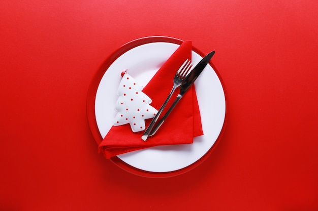 Christmas table place setting with red and white plates Premium Photo