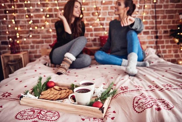 寝室でグリューワインとクッキーを使ったクリスマスの時期 無料写真