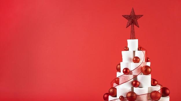 복사 공간 빨간색 배경에 크리스마스 화장지 트리 무료 사진