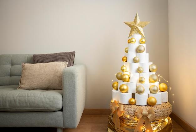 Елка из туалетной бумаги с золотыми елочными шарами Бесплатные Фотографии
