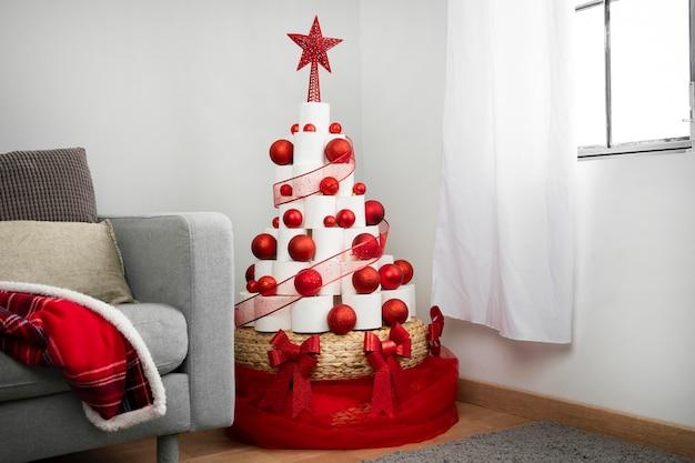 Рождественская елка из туалетной бумаги Premium Фотографии