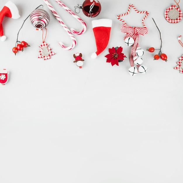 테이블에 사탕 지팡이와 크리스마스 장난감 프리미엄 사진