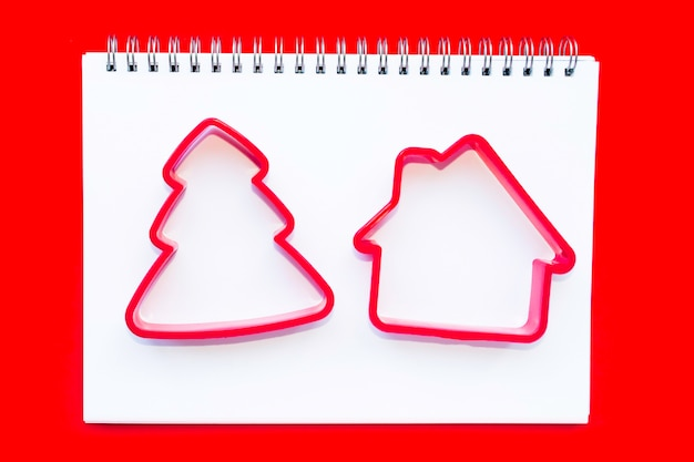 自家製クッキーにクリスマスツリーとハウスカッター。 Premium写真